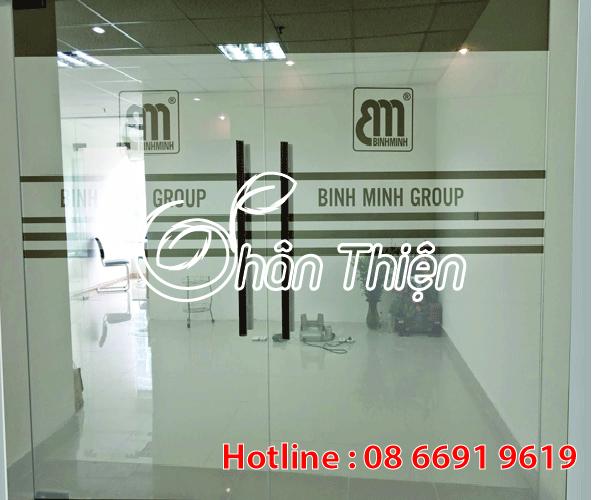 Cắt chữ dán kính – cắt in logo văn phòng công ty